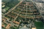 Die Gartenstadt Haslach blieb in allen Teilen – Haustypen sowie Straßenführung und -profile – erhalten und steht unter Denkmalschutz. Die energetische Modernisierung erfolgt ohne Dämmung  Stadt Freiburg
