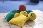 Säckchen und Bälle schulen die Koordinationsfähigkeit und trainieren das Seh- und das Hörvermögen.